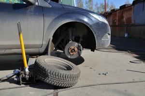 Как заменить колесо на автомобиле