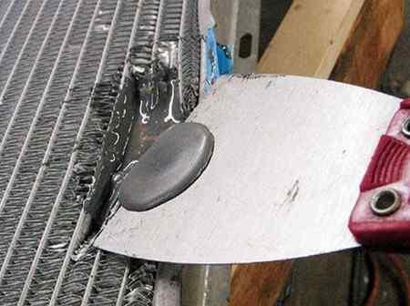 Как заделать временно течь в радиаторе охлаждения